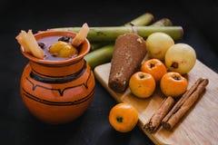 Ponche-navidad Mexiko, heißer Durchschlag der mexikanischen Früchte traditionell für Weihnachten stockfotos