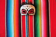 Poncho κουβερτών cinco de mayo του Μεξικού μεξικάνικο παραδοσιακό υπόβαθρο γιορτής με τα λωρίδες στοκ φωτογραφία