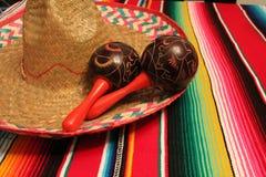 Poncho του Μεξικού ύφασμα διακοσμήσεων cinco de mayo γιορτής υποβάθρου maracas σομπρέρο Στοκ Εικόνες