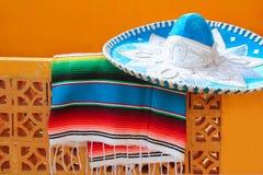 Poncho azul del serape del sombrero mexicano del mariachi de Charro Fotos de archivo libres de regalías