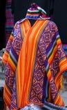 Poncho et chapeau colorés sud-américains Photos libres de droits