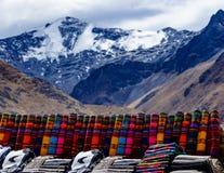 Poncho péruvien, marché extérieur, laine d'alpaga, Pérou photo stock