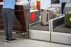 Pondération de bagage au bureau d'enregistrement à l'aéroport de l'Asie Photo libre de droits