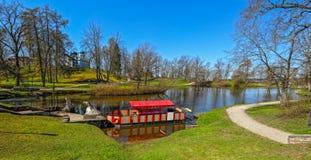 Pond в парке th замка в Cesis, Латвии, Европе Стоковые Фото