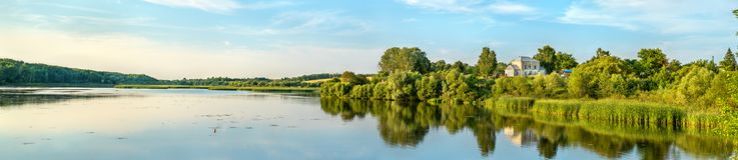 Pond на реке на Glazovo, типичной деревне Vablya на центральном русском нагорье Зона Курска России стоковые фотографии rf