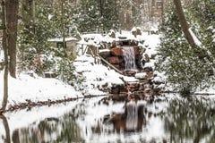 Pond com a cachoeira no parque do casino em Georgsmarienhuette, Baixa Saxónia, Alemanha Imagens de Stock