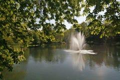 Pond com a fonte em Baixa Saxónia, Alemanha imagens de stock royalty free