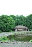 Pond que espalha para fora a casa e o forwa japoneses velhos Fotos de Stock