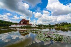 Pond a reflexão de espelho de nuvens do verão e do pavilhão no parque real Rajapruek em Chiang Mai, Tailândia Imagem de Stock