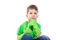 Ponderer小男孩用在面孔的手 免版税图库摄影