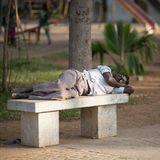 PONDICHERRY, ΙΝΔΙΑ 12 ΦΕΒΡΟΥΑΡΊΟΥ: Ινδός ύπνος στην οδό επάνω Στοκ φωτογραφίες με δικαίωμα ελεύθερης χρήσης