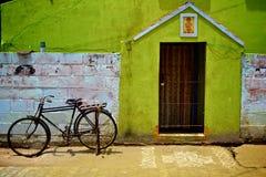 Pondicherry, cykel, dörr och Kolam arkivbilder