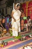 Pondicherry, Tamil Nadu, la India - 11 de mayo de 2014: ceremonia del puja Imagen de archivo