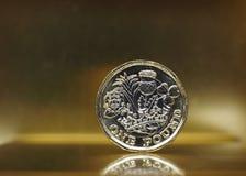1 pondmuntstuk, het Verenigd Koninkrijk over goud Stock Afbeeldingen