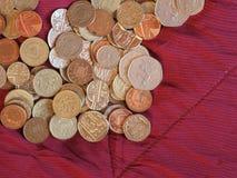 Pondmuntstukken, het Verenigd Koninkrijk over rode fluweelachtergrond Stock Fotografie