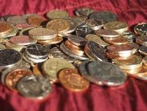 Pondmuntstukken, het Verenigd Koninkrijk over rode fluweelachtergrond Royalty-vrije Stock Afbeelding