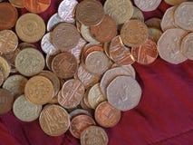 Pondmuntstukken, het Verenigd Koninkrijk over rode fluweelachtergrond Stock Foto