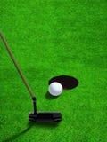 Pondo a bola de golfe perto do furo com espaço da cópia Fotos de Stock Royalty Free