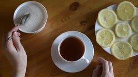 Pondo o açúcar no chá filme