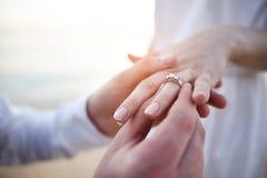 Pondo o anel disponível Imagens de Stock Royalty Free