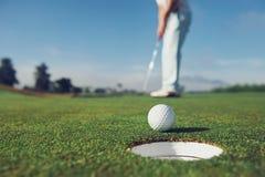 Pondo o homem do golfe Imagens de Stock
