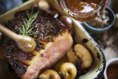 Pondo o mel no bife cozinhado foto de stock
