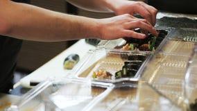 Pondo o sushi Rolls em escaninhos filme