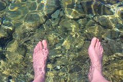Pondo os pés na água para o rafrescamento, Senj, Croácia Foto de Stock Royalty Free