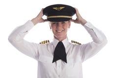 Pondo um chapéu uniforme sobre a cabeça Imagens de Stock Royalty Free