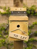Pondoir d'oiseau avec pour laisser le signe photo stock
