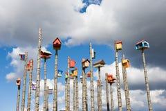 Pondoirs colorés drôles sur les colonnes en bois, Islande Image stock
