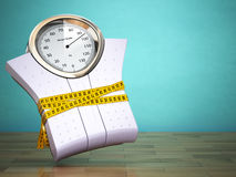 Pondération des échelles avec la bande de mesure Suivez un régime le concept Images stock