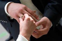 Pone un anillo de bodas Imagen de archivo libre de regalías