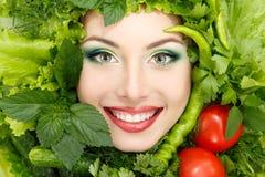 Pone verde la cara de la belleza de la mujer del marco de las verduras Imágenes de archivo libres de regalías