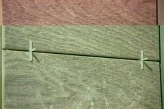 Ponendo le mattonelle facendo uso dei limitatori di plastica accuratezza dei costruttori rivestimento fine dell'appartamento o de fotografia stock libera da diritti