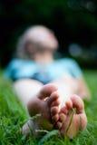 Ponendo sull'erba Fotografia Stock