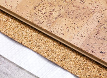 Ponendo tecnologia del pavimento del sughero sulla base concreta Fotografia Stock