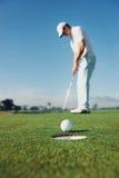 Poner al hombre del golf Imagenes de archivo