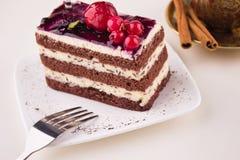 _poner crema cereza torta y café taza Fotografía de archivo libre de regalías