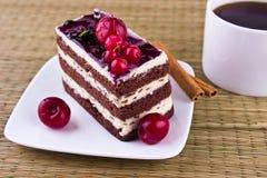 _poner crema cereza torta y café taza Foto de archivo