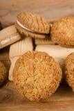 _poner crema galleta Fotografía de archivo libre de regalías
