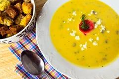_poner crema sopa Fotografía de archivo libre de regalías