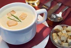 _poner crema sopa con salmón Imagenes de archivo