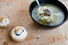 _ poner crema sopa con seta Imagen de archivo