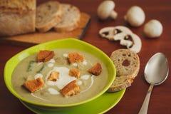 _poner crema sopa con seta Fotos de archivo