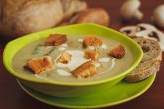 _poner crema sopa con seta Fotografía de archivo libre de regalías