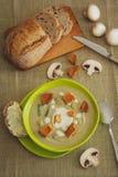 _poner crema sopa con seta Imagenes de archivo