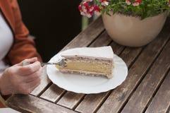 _poner crema torta Foto de archivo