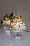_poner crema torta Fotografía de archivo