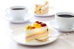 _poner crema torta con fruta Fotos de archivo